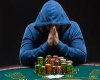 坐在啤牌桌上的一个专业打牌者的画象 免版税图库摄影