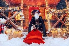 坐在圣诞节的门廊 免版税图库摄影