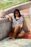 坐在坟墓的泰国妇女 免版税图库摄影