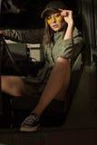 坐在坦克的妇女穿绿色衣裳 免版税库存照片