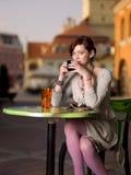 食用的女孩咖啡 免版税图库摄影