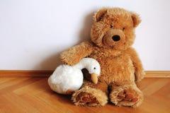 坐在墙壁旁边的玩具熊 免版税图库摄影