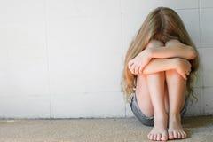 哀伤的小女孩 免版税图库摄影
