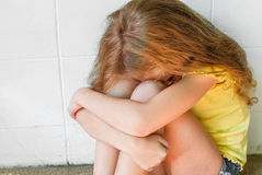 哀伤的小女孩 免版税库存照片