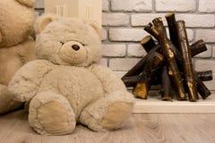 坐在壁炉附近的玩具熊 免版税图库摄影