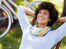 坐在夏天公园的美丽的妇女 库存照片