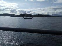 坐在奥本湾的小船 图库摄影