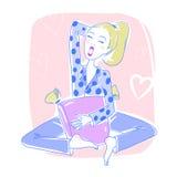 坐在她的卧室的美丽的妇女打呵欠和放松 免版税库存图片