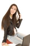 坐在她的学校椅子背面的逗人喜爱的青少年的女孩与 免版税库存图片