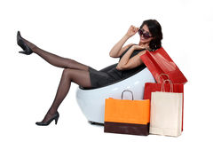 妇女坐的下tobags 免版税库存照片