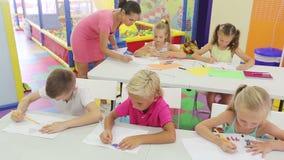 坐在学校课程的快乐的孩子 影视素材