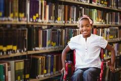坐在学校走廊的轮椅的女孩的综合图象 免版税图库摄影