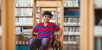 坐在学校走廊的轮椅的男孩的综合图象 库存照片