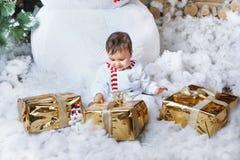 坐在家内部的雪人服装的小男孩大雪人和等待的圣诞老人 库存图片