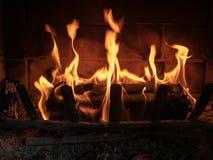 坐在家庭壁炉的Firestarter日志明亮地烧受控方式 库存照片