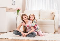 坐在容忍的两个姐妹 免版税库存照片