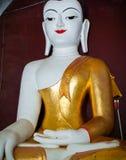 坐在寺庙的大理石菩萨雕象 图库摄影