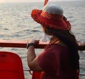 坐在小船的美丽的印度妇女画象 免版税库存照片