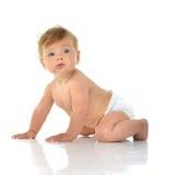 坐在尿布的六个月的婴儿儿童小小孩看 免版税库存图片
