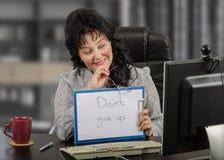 坐在工作场所的网上女性心理治疗家 免版税图库摄影