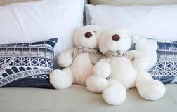 坐在床上的玩具熊 免版税库存照片