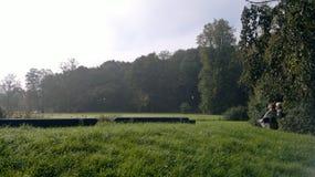 坐在庭院的Ols夫妇在Slottsskogen公园-瑞典 库存图片