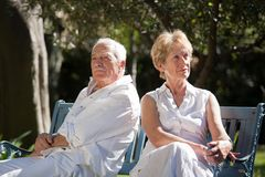 坐在庭院里的夫妇 免版税库存图片