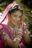坐在庭院里的年轻美丽的印地安印度新娘户外 免版税库存图片