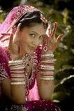 坐在庭院里的年轻美丽的印地安印度新娘户外 库存图片