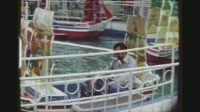 坐在快活的旅游夫妇去回合小船 影视素材