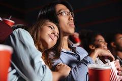坐在戏院手表影片的爱恋的夫妇 库存图片