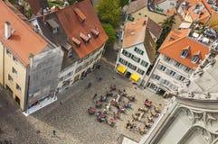 坐在户外咖啡馆的人们在康斯坦茨,德国老镇  免版税库存图片