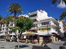 坐在户外餐馆的人们在Sant安东尼镇 免版税库存图片