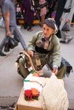坐在拥挤街道中间的挂毯匠人在义卖市场市场上。伊拉克。中东。 免版税库存图片