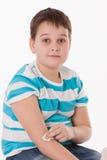 坐在接种以后的男孩 免版税库存图片