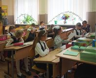 坐在教室,俄罗斯的学童 免版税图库摄影