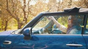 坐在敞蓬车和开放屋顶-好日子的年轻女人 股票录像