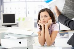 坐在文件夹之中的可爱的女孩在办公室 库存图片