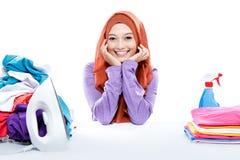 坐在新鲜的干净的la之间的年轻微笑的妇女佩带的hijab 图库摄影