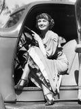 坐在方向盘后的一辆汽车的妇女(所有人被描述不更长生存,并且庄园不存在 供应商warra 免版税库存照片