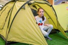 坐在旅游帐篷的年轻美丽的女孩 库存照片