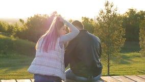 坐在日落的年轻愉快的夫妇后面看法  影视素材
