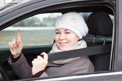 坐在有安全带的汽车的妇女 库存图片
