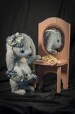 坐在有小珠的一个镜子的野兔玩偶 库存照片