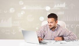 坐在有报告的书桌的企业人分析概念 免版税库存照片