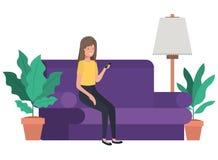 坐在有智能手机具体化字符的长沙发的妇女 向量例证