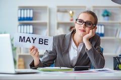 坐在有消息的办公室的女实业家 库存照片