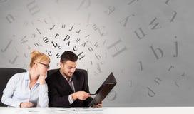 坐在有社论概念的书桌的企业人 库存例证