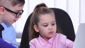 坐在有他的下级的办公室的女孩商人和沟通 股票视频