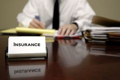 坐在服务台的保险推销员 免版税库存图片